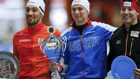 Победитель на дистанции 1000 метров российский конькобежец Павел Кулижников (в центре), голландец Кьелд Нейс (слева) и немец Нико Иле. / Фото: © Reuters