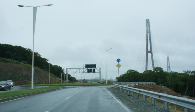 Каждый, кто проехал по мосту, попадает на разворотное кольцо. На этом можно остановиться и вернуться материк.