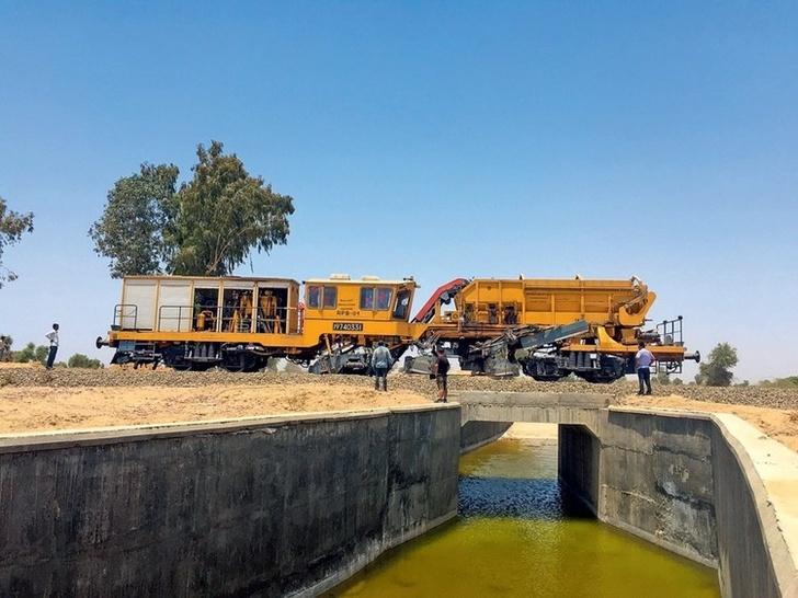 распределитель-планировщик балласта РПБ-01 на Северной центральной ЖД (штат Уттар-Прадеш) очищает верхнюю поверхность шпал