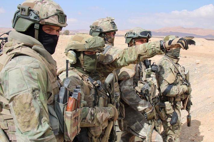 Российские спецназовцы на позициях перед отступившим под ударами ВКС боевиками