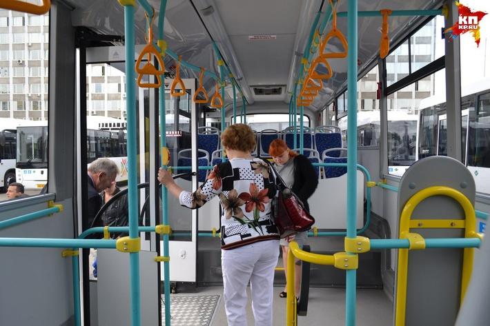 Внутри автобуса довольно позитивно. Фото: Марина МИТРОФАНОВА