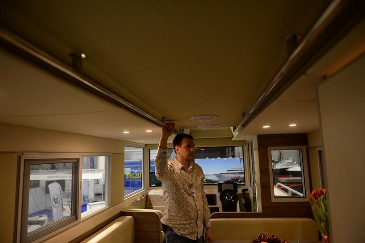 Удобные потолочные поручни и подсветка