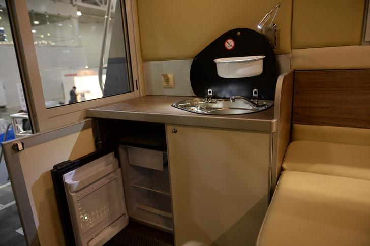 Камбуз с газовыми холодильником и плитой, раковиной с горячей водой и подсветкой