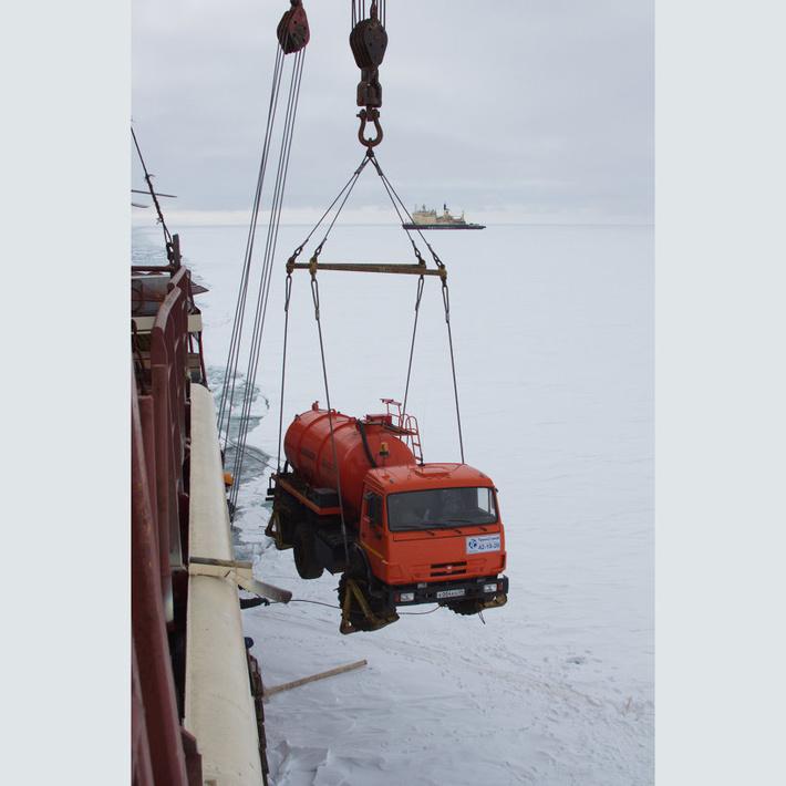 Разгрузка НИС «Михаил Сомов» в Северной бухте