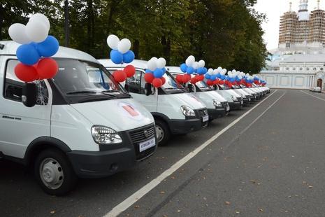 Губернатор Петербурга вручил многодетным семьям ключи от микроавтобусов