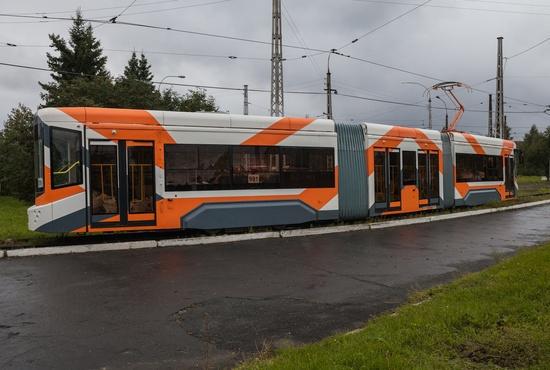 Новый трёхсекционный трамвай Уралтрансмаша имеет длину 21,9 метра и способен одновременно перевозить 205 пассажиров, то есть в два с лишним раза больше, чем наиболее распространённый сейчас на наших линиях чешский «Татра Т3». Фото: Александр Исаков