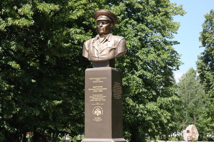 Памятник в городе Елец Липецкой обл.