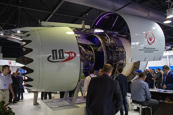 Двигатель ПД-14 на выставке. Люк реверса снят для осмотра системы работы привода реверса. Фото: Алексей Кондратов