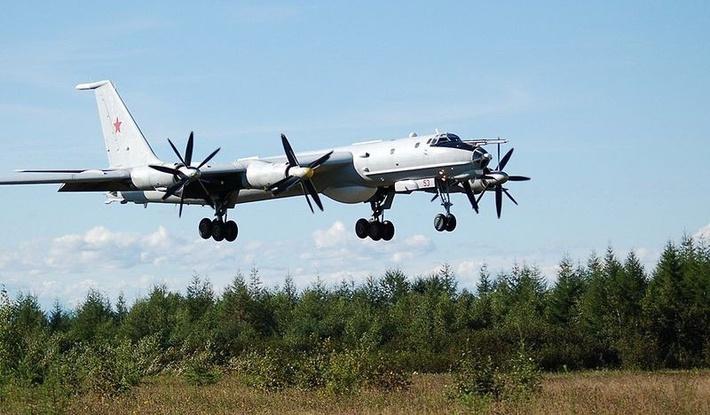 Самолеты Ту-142 Северного флота отработали дозаправку в воздухе