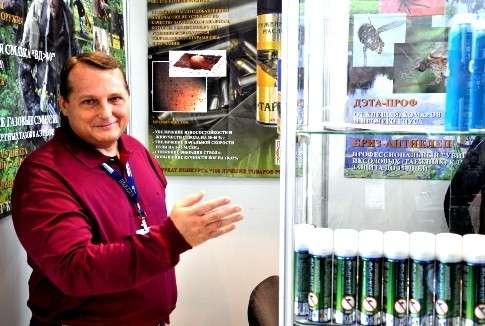Юрий Холодилин демонстрирует продукцию. Фото www.arms-expo.ru (А. Соколов)