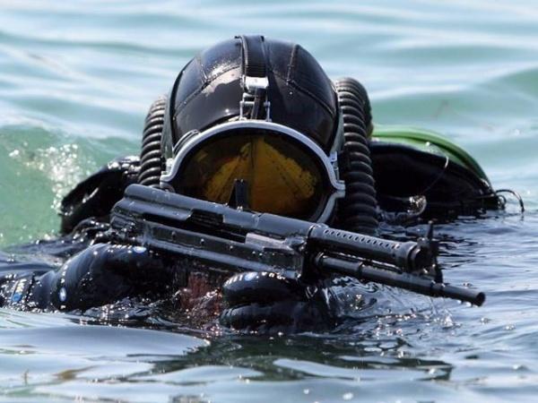 Боевой пловец с подводным автоматом АПС