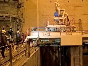 В здании реактора первого энергоблока строящейся ЛАЭС приведена в движение перегрузочная машина