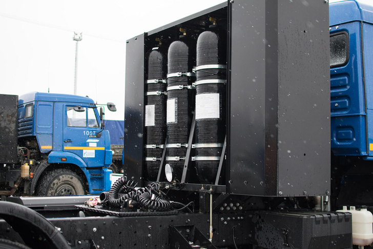 Топливный бак газомоторного грузовика вмещает более 200 кубометров газа, это порядка 400 км пути без дозаправки