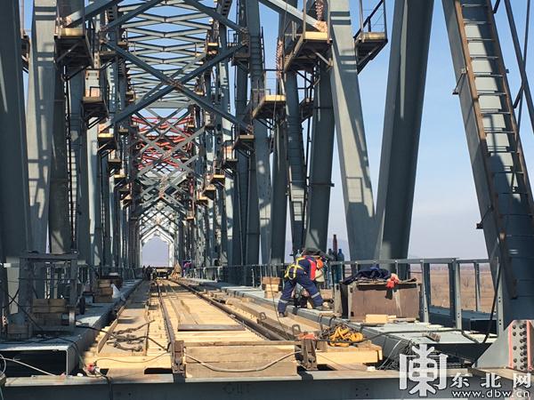 Россия завершила возведение своей части ж/д моста через Амур