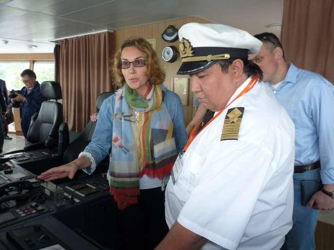 Капитан танкера Марат Алиев и заместитель председателя правления ISR Транс Светлана Ерохина в рубке корабля
