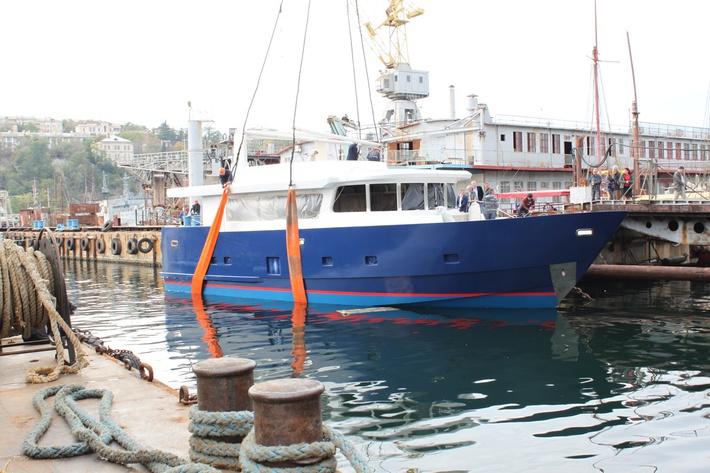 спуск на воду первой яхты 9.10.2014