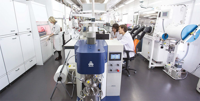 Пилотная промышленная установка синтеза одностенных углеродных нанотрубок «Graphetron 1.0» установлена в Центре наномодифицированных материалов, R&D-центр компании OCSiAl в Технопарке Новосибирского академгородка