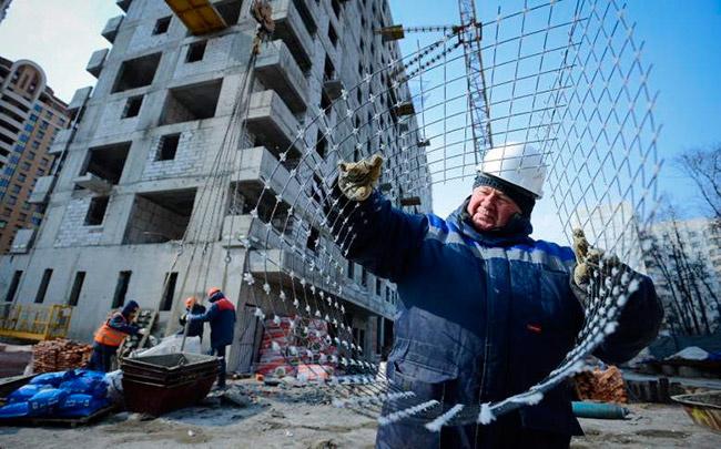 Бригадир Виталий Щуканов на строительной площадке необычного дома на улице Нижегородской демонстрирует нанокомпозитную сетку