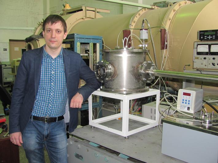 Алексей Сафонов и разработанная им экспериментальная установка по осаждению фторполимерной пленки