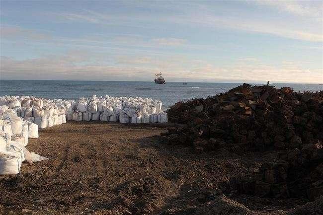 арктический мусор перед отправкой в Архангельск мыс Желания Новая Земля фото - М. Третьяков