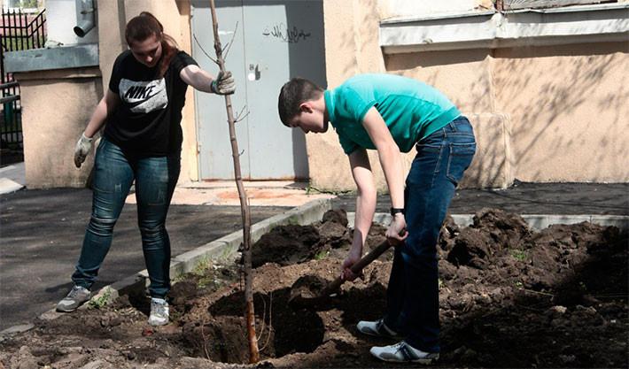 Студенты РКСИ высаживают саженцы у своего общежития