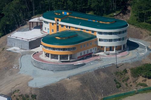 новое здание больницы с поликлиникой и станцией скорой помощи в поселке Крабозаводское на острове Шикотан