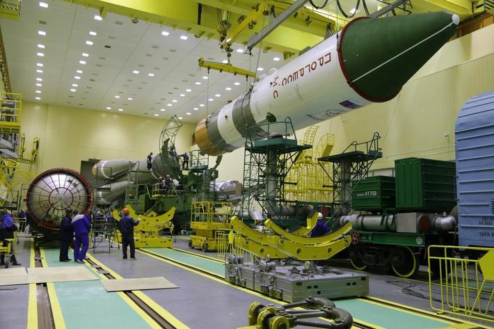 сборка ракеты-носителя «Союз-2.1а» с головным блоком, содержащим грузовой корабль «Прогресс МС» в монтажно-испытательном корпусе космодрома Байконур