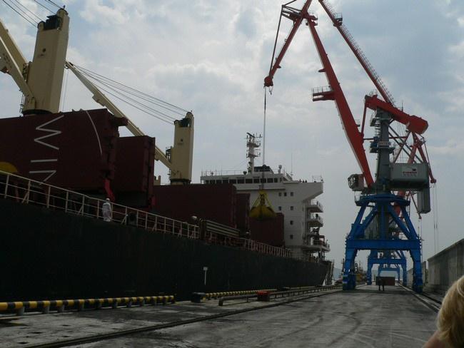 идет погрузка китайского судна
