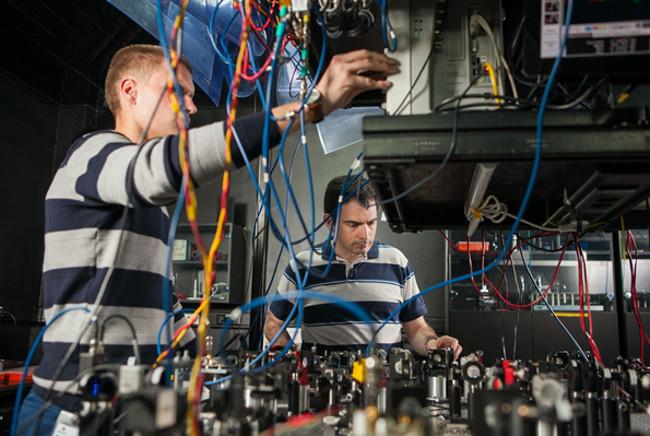 Александр Львовский и Александр Уланов в лаборатории квантовой оптики в РКЦ. Фото: пресс-служба РКЦ.