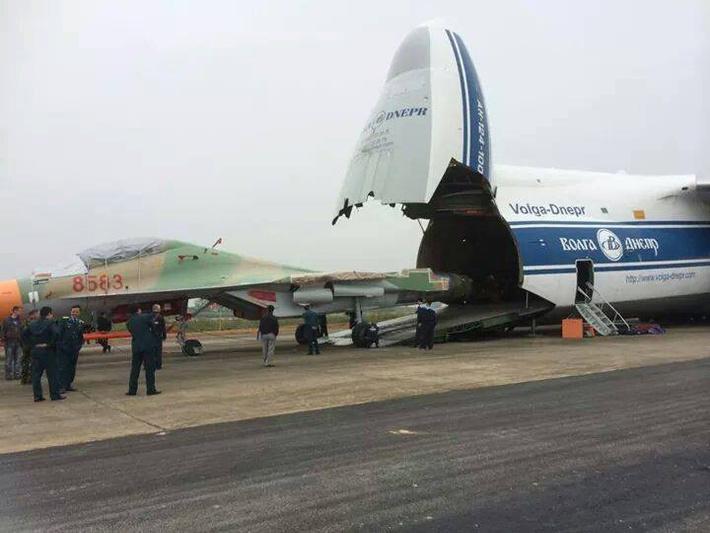 Выгрузка первого доставленного во Вьетнам истребителя Су-30МК2 (вьетнамский бортовой номер «8583») из 12 заказанных Вьетнамом по контракту августа 2013 года. Дананг, 06.12.2014 (с) www.militaryparitet.com