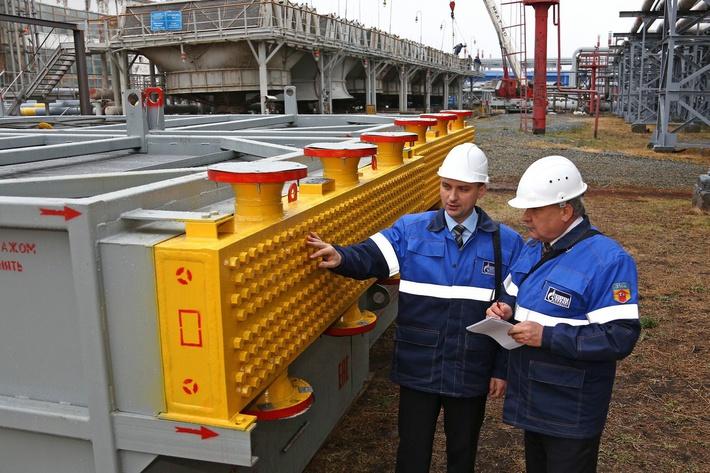 Начальник цеха №4 Алексей Игонин (справа) и его заместитель Денис Кузнецов производят осмотр и входной контроль нового аппарата