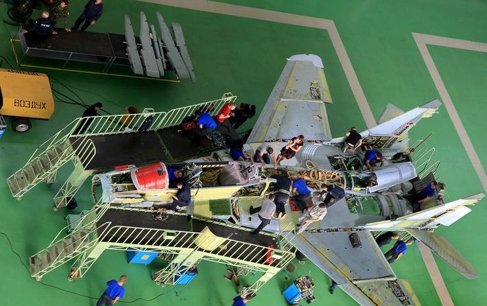 В левом углу фото полимерные композитные детали отдельно лежат. Серая часть самолета изготовлена из композиционных материалов.