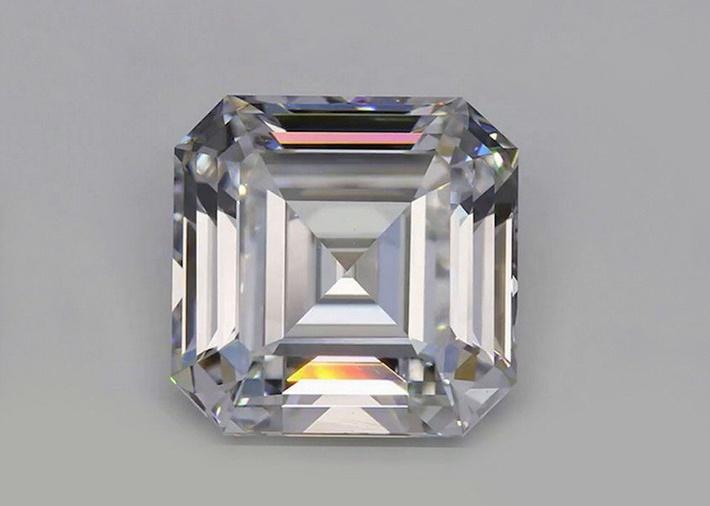 синтетический бриллиант весом 10,02 карата, выращенный и ограненный компанией New Diamond Technology