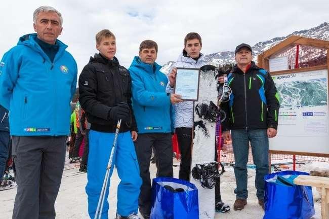 «десятитысячными» туристами стали Андрей Дерябов из г. Пятигорска и Олег Литвинов из г. Краснодара, они получили абонементы на 100 посещений канатной дороги и комплекты горнолыжной экипировки