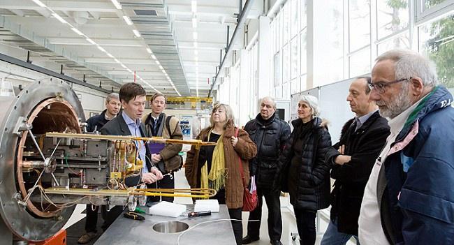 делегация Национального института физики ядра и физики частиц Франции посетила фабрику сверхпроводящих магнитов в феврале 2015 года