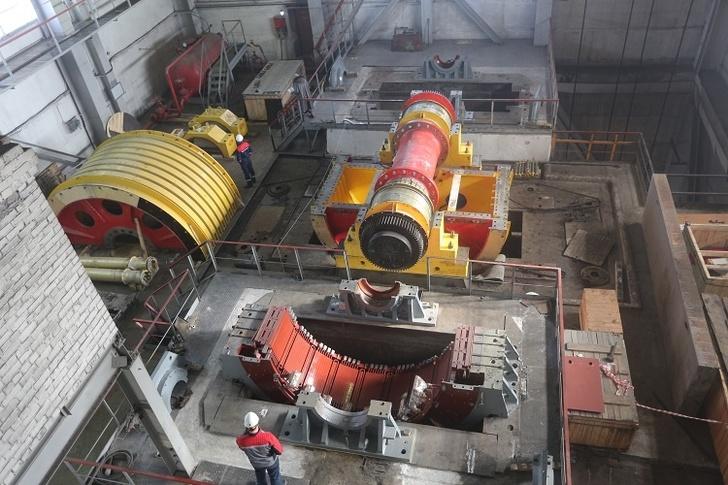 первая шахтная подъемная машина ШПМ 5х8 во время ее монтажа