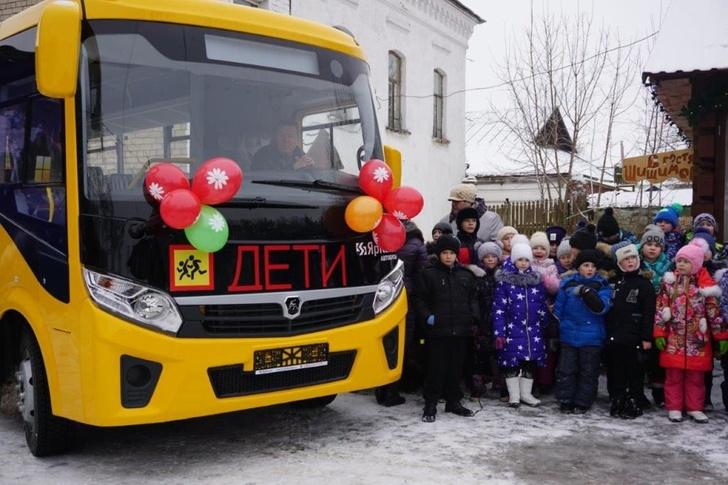 Великосельской средней школе передан современный школьный автобус