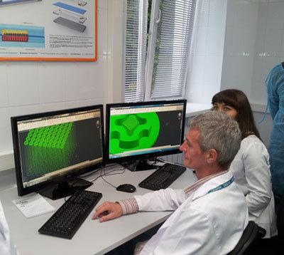 Инженеры лаборатории работают над созданием нефрона на чипе.