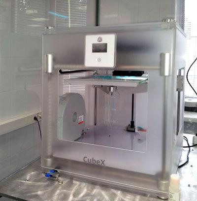 Биопринтер помещается в специальную камеру для создания стерильной среды.