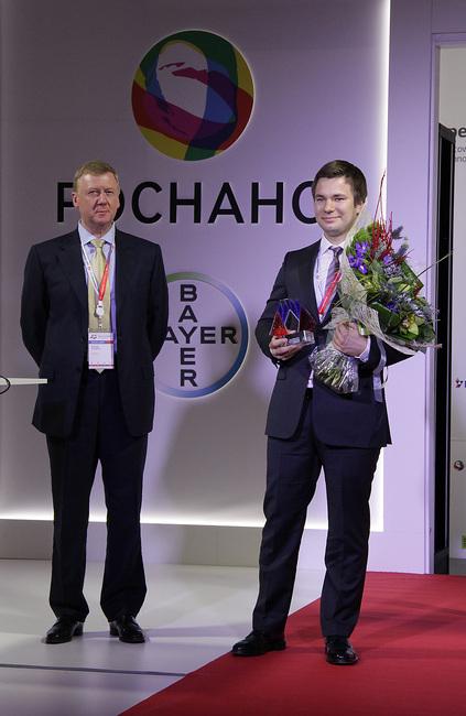 Анатолий Чубайс вручает награду Сергею Потапову
