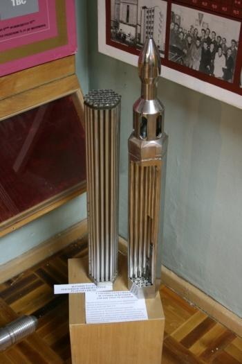 Тепловыделяющая сборка реактора на быстрых нейтронах, БН (справа)