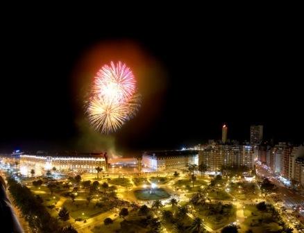 Фото фейерверка в городе Мар-дель-Плата (Аргентина)
