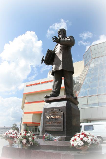 Памятник Грум-Гржимайло самый высокий в Верхней Пышме. Общая высота композиции достигает 8 метров.