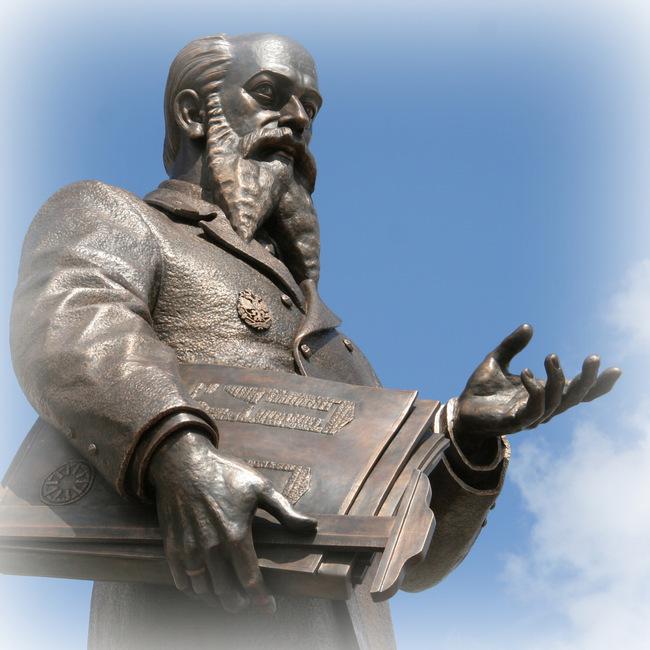 Памятник В.Е. Грум-Гржимайло. Фрагмент.