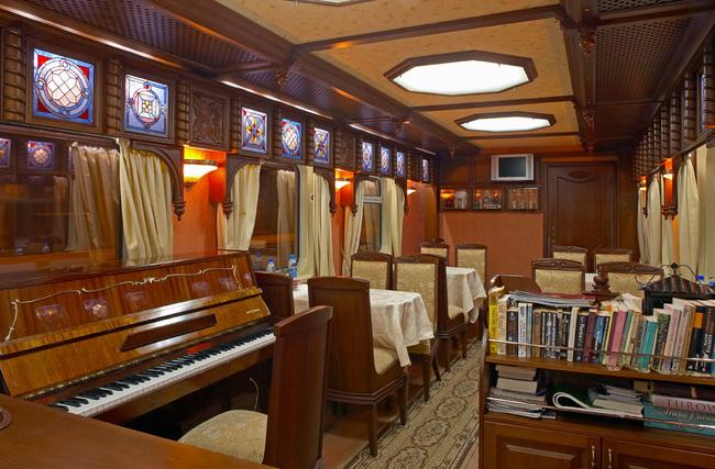В поезде отдельный вагон-кухня