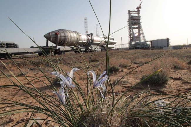 Вывоз РКН «Протон-М» с РБ «Бриз-М» и КА «Аник-Ж1» на стартовый комплекс. Космодром Байконур.