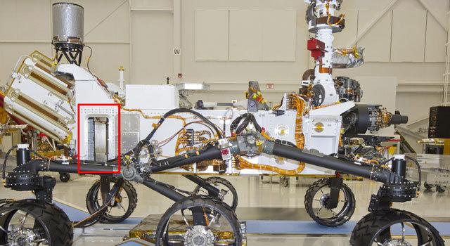 марсоход Curiosity с закреплённым на его борту нейтронным детектором (красным отмечено расположение прибора)
