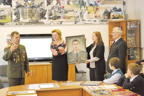 Вице-президент Ассоциации «Альфа» Владимир Елисеев и полковник Валентин Перов в школе №937. Февраль 2013 года