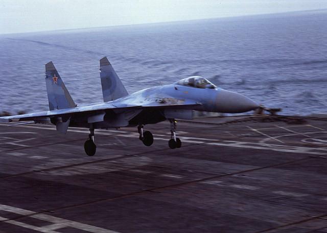 в 1991 году первая посадка строевого летчика на палубу корабля на самолете Су-33, Т.А.Апакидзе. в 1991 году после...