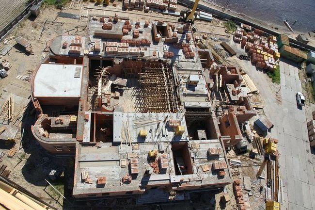 К концу месяца было уложено более 60% железобетонных плит перекрытия между первым и вторым этажами.